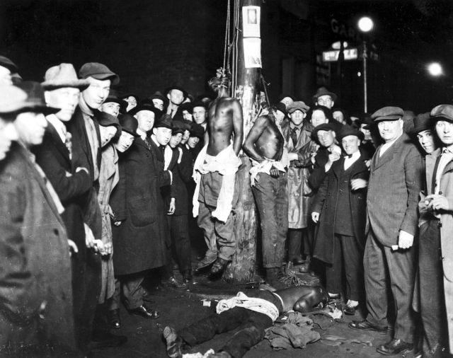 1200px-Duluth-lynching-postcard